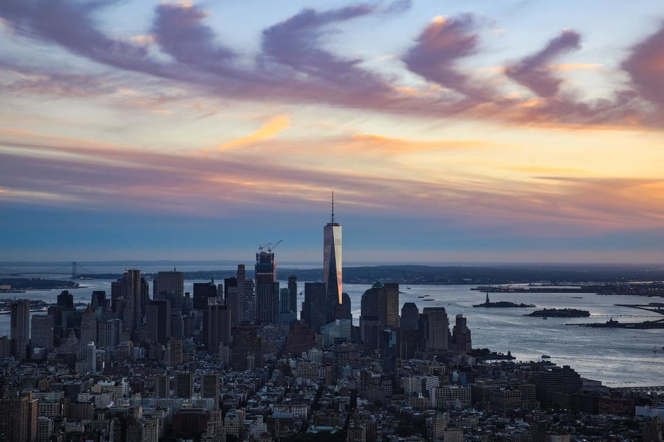 Le coucher de soleil se reflète dans la tour One du World Trade Center